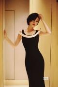 余男黑裙妩媚大方演绎电眼杀 优雅知性女人味十足