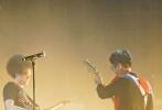 """12月12日晚,赵英俊""""回到明天""""演唱会在北京展览馆剧场举行,众多圈内好友到场支持。大鹏作为演唱会嘉宾惊喜现身,和乔杉、赵英俊同台热血弹唱电影《缝纫机乐队》、《煎饼侠》中的三首经典歌曲,引爆全场掀起演唱会高潮。"""