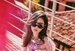 近日,人气女演员张天爱受邀拍摄的一组时尚写真曝。照片中,张天爱身着粉色抹胸裙,内搭紫色短袖,阳光下慵懒随性,简约而不失优雅,头戴墨镜酷劲儿十足,展现出极强的时尚表现力。