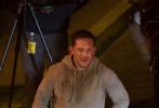 """《蜘蛛侠》的外传沙龙网上娱乐《毒液》正在热拍中。近日,美国媒体又曝光了一组片场照片。照片中,""""汤老师""""汤姆·哈迪依旧一身运动帽衫,脸上有擦伤,造型狼狈颓废。整体状态和11月曝光的片场照相一致,只是这次不同的是,出现了男星斯科特·黑兹与他做对手戏。"""