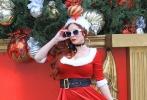 菲比·普莱斯穿圣诞装不忘露事业线,为博眼球拉萌宠百般凹造型。