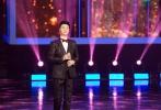 12月18日,范冰冰与父亲范涛一同出席了某活动。现场,两人同台献唱由范冰冰发起的公益项目同名主题曲《爱里的心》,牵手对唱为公益事业发声。