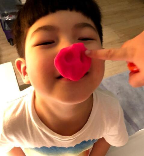 胡可还伸出一只指头去戳安吉的猪鼻子,可以说非常可爱了.
