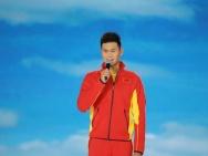 孙杨央视晚会唱《倔强》 钟汉良豪情演绎中华武术