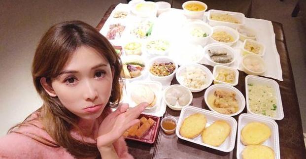 林志玲晒自拍嘟嘴卖萌 与一桌美食合影秀色可餐