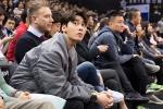李易峰现身CBA全明星赛 与篮球少年合影大秀球技