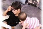 贺军翔晒女儿一周岁照片 网友惊呼男神何时已婚