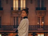 王丽坤巴黎时尚街拍曝光 明媚笑容点亮浪漫之都
