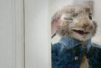 由美国索尼哥伦比亚电影公司、索尼动画联合出品,威尔·古勒执导的真人动画电影《比得兔》将于3月2日元宵节内地上映,影片今日发布主演新春问候视频和新春海报,正式开启过年模式,为了迎接即将到来的新春佳节,影片送出超惊喜大礼:兔子版《Remember the name》MV,兔子家族在MV中360度花样秀可爱,可谓是贱出新高度,萌出新境界。影片已于2月9日在北美开画,首周末狂揽2500万美元,在今年同类型的电影中成绩遥遥领先。