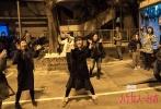 """近日,关锦鹏新片《八个女人一台戏》在香港顺利杀青。作为自2005年《长恨歌》后,关锦鹏时隔13年再执导筒的最新力作,《八个女人一台戏》集结了郑秀文、梁咏琪、白百何、赵雅芝、齐溪、商天娥、周家怡、甘国亮等全明星阵容。自开拍以来,人设、剧情一直保持神秘状态。而值中国最重要的传统节日——春节到来之际,关锦鹏导演携片中众星郑秀文、梁咏琪、白百何、赵雅芝、齐溪等集体现身,向观众们送上新年祝福,一声声""""恭喜发财"""",喜气洋洋、年味十足。"""