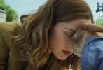 """由威尔·古勒执导的真人动画电影《比得兔》将于3月2日元宵节在内地上映,影片今日发布情人节海报与新春动画,比得兔与萝丝·拜恩(《X战警》系列)饰演的贝伊额头相抵,一人一兔的画面分外和谐,给各位粉丝狂撒了一把""""兔粮""""。"""