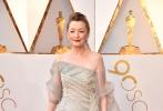 北京时间3月5日,第90届奥斯卡金像奖颁奖典礼在好莱坞杜比剧院举行,红毯上星光熠熠,巨星云集。图为:《魅影缝匠》中的莱丝利·曼维尔。