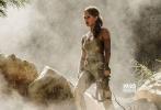 """2017年,电影《神奇女侠》(Wonder Woman)风靡全球,为追求独立和力量感的现代女性审美""""增砖添瓦""""。时隔不到一年,由华纳兄弟影片公司出品的动作冒险电影《古墓丽影:源起之战》(Tomb Raider)又将于3月16日在内地同步北美公映,又一位兼具力与美的女英雄将登临大银幕。好莱坞著名女星艾丽西亚·维坎德(Alicia Vikander)以独立自信的气质和充满力量感的健美形象,成功塑造了更符合现代潮流的女英雄,挑战""""女主角动作戏最多的好莱坞电影""""。"""
