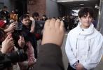 3月13日,北京电影学院表演专业进入三试第4天。下午1:00场,吴磊出现在校园。相较前两次考试,今天他看上去有些疲惫,一路走进考场还忍不住打起了哈欠。但是从竞争激烈的初试、复试成功突围之后,吴磊还是显得轻松了很多,排队时也活泼的回答了大家提出的问题。