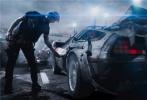 """由华纳兄弟影片公司出品,金奖名导史蒂文·斯皮尔伯格执导的科幻动作冒险巨制《头号玩家》将于3月30日在金沙娱乐内地与北美同步上映。美国时间3月11日,影片在美国西南偏南电影节上举行了全球首场放映,收获超高口碑,有不少观众表示影片从视效到剧情都堪称完美,是不折不扣的斯皮尔伯格式顶级大片。今日片方也发布一款""""抉择·觉醒""""海报,醒目的口号""""是甘于现实,还是征战未来""""强有力地揭示了影片更深层次的主题。"""