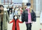 李小璐携女现身机场 红衣甜馨乖巧可爱紧牵妈妈手