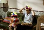 """奇幻温情电影《脱皮爸爸》今日曝光了""""脑洞大开""""版终极海报以及一支全新的导演剪辑版MV《长大就是这样》。海报以吴镇宇片中老年造型的头部轮廓为蓝图,在大脑中呈现了片中人物和场景,设计奇幻精致。MV则由导演及杀手锏乐队在香港重新拍摄制作完成,情感充沛引人入胜。"""