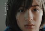 即将于3月30日在全国艺联专线上映的《第三度嫌疑人》今日再度曝光了一组宣传照,片中的角色及影片的调性逐渐揭开面纱。该片由日本大师级导演是枝裕和执导,这是是枝裕和首部在内地公映的作品,是全国艺联在《海边的曼彻斯特》、《尼斯:疯狂的心》、《三块广告牌》之后第四部与影迷们见面的专线放映外国影片。