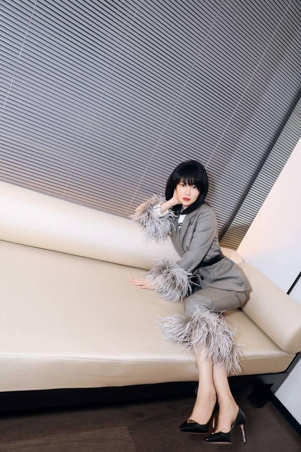 谭卓出席艺术展精致干练被誉霸道女小腿总裁照女生初中图片