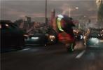 """由华纳兄弟影片公司出品,金奖名导史蒂文·斯皮尔伯格执导的科幻动作冒险巨制《头号玩家》将于3月30日在中国内地与北美同步上映。3月27日,影片在上海举行""""最强玩咖""""特别观影活动,延续了北京""""预见未来""""观影场的炸裂口碑,斯皮尔伯格打造的超乎想象、异彩纷呈的奇幻世界让现场观众和游戏玩家赞叹不已,而影片背后蕴含的更深层次的主题也引发深思。此外,片方今日还发布一款""""极致冲击""""预告片,曝光飙车、团战等大场面镜头,展现了""""绿洲""""世界的刺激与震撼。"""