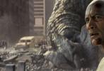 """由《末日崩塌》导演布拉德·佩顿执导,巨石强森实力演绎的好莱坞怪兽灾难巨制《狂暴巨兽》,近日曝光了八面""""兽""""敌版海报和预告。新款海报由日本著名艺术家田岛光二设计,三大巨兽爆裂登场,凶猛程度超乎想象,极具视觉冲击力。最新的八面""""兽""""敌版预告更是惊曝巨兽非凡的战斗力,单臂挡子弹、咬拽直升机,令人类陷入前所未有的巨大危机,末日浩劫来临之际,强森挺身而出,救世救""""猩"""",昔日老友并肩作战。"""