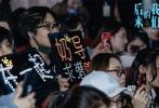 """4月13日,导演刘若英惊喜现身郑州校园,为即将于4月28日上映的电影《后来的我们》造势。播放暖场尊龙娱乐城期间,就有观众一直高举手机为刘若英应援,刘若英一出场,粉丝高呼其名字响彻礼堂。""""后来邮箱""""也继续传递着你我的故事,相爱二十年夫妻在刘若英的见证下现场求婚弥补多年前的遗憾,二人间最真实的爱情也打动了在场的同学们,纷纷高呼:""""我也想要这样的爱情。"""""""