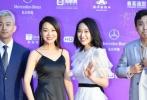 闫妮与女儿邹元清挽手亮相,带来新片《我是你妈》。闫妮深V吊带黑裙,尽显大好身材,与女儿同框好似姐妹。