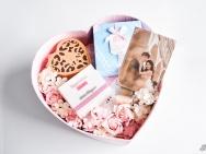 付辛博颖儿大婚伴手礼请柬曝光 樱花粉色幸福洋溢