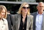 """日前网上曝出一组照片,凯特·布兰切特抵达法国尼斯机场,一身帅气西装的凯特干练利落、攻气十足,面对镜头露出微笑,显得心情不错。虽然被粉丝称为""""大魔王"""",但事实上凯特一点儿都不高冷,热心满足了在停车场等候的粉丝的签名要求。"""