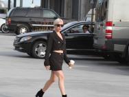Lady Gaga瘦回颜值巅峰 买咖啡与路人谈笑风生