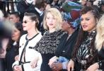 """戛纳电影节第五天,官方活动可谓精彩纷呈。随着""""女性平权""""、""""性别平等""""的呼声在电影行业愈发高涨,今年的戛纳组委会官方也决定用实际行动表达支持:借法国女导演伊娃·于颂的《太阳之女》首映这一契机,82位女性电影人共同走上红毯,由本届评委会主席凯特·布兰切特代表发言,表达争取平等权益的诉求。"""
