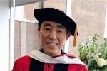 张艺谋获波士顿大学荣誉博士学位 笑容满面登台