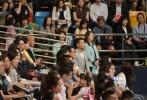 刘德华低调现身女儿毕业礼,引围观。朱丽倩孕肚被指有5个月。