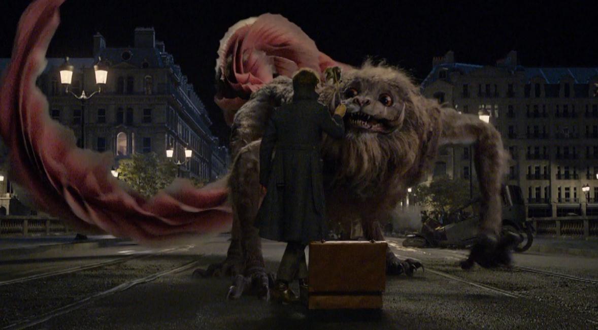 """《神奇动物:格林德沃之罪》 1905电影网讯 在漫展曝光了超长版预告后,""""神奇动物在哪里""""系列新作——《神奇动物:格林德沃之罪》再次曝光了一般中国特辑。在特辑中,原著作者JK.罗琳亲自向观众们介绍了将在新片中出现的一只中国神兽——""""驺吾""""。 在预告中,JK."""