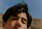 近日,某杂志曝光刘昊然的最新时尚封面,少年邂逅了坐落在巴黎一隅的城市乐园,一身黑色系经典印花运动套装,倚坐在色彩明艳的木马上,略微雀跃的眼神和轻松自在的动作,20岁的活力感透出纸面