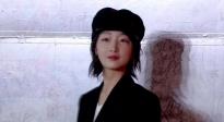 周冬雨担任长春电影节形象大使 戴小礼帽出席依旧俏皮可爱