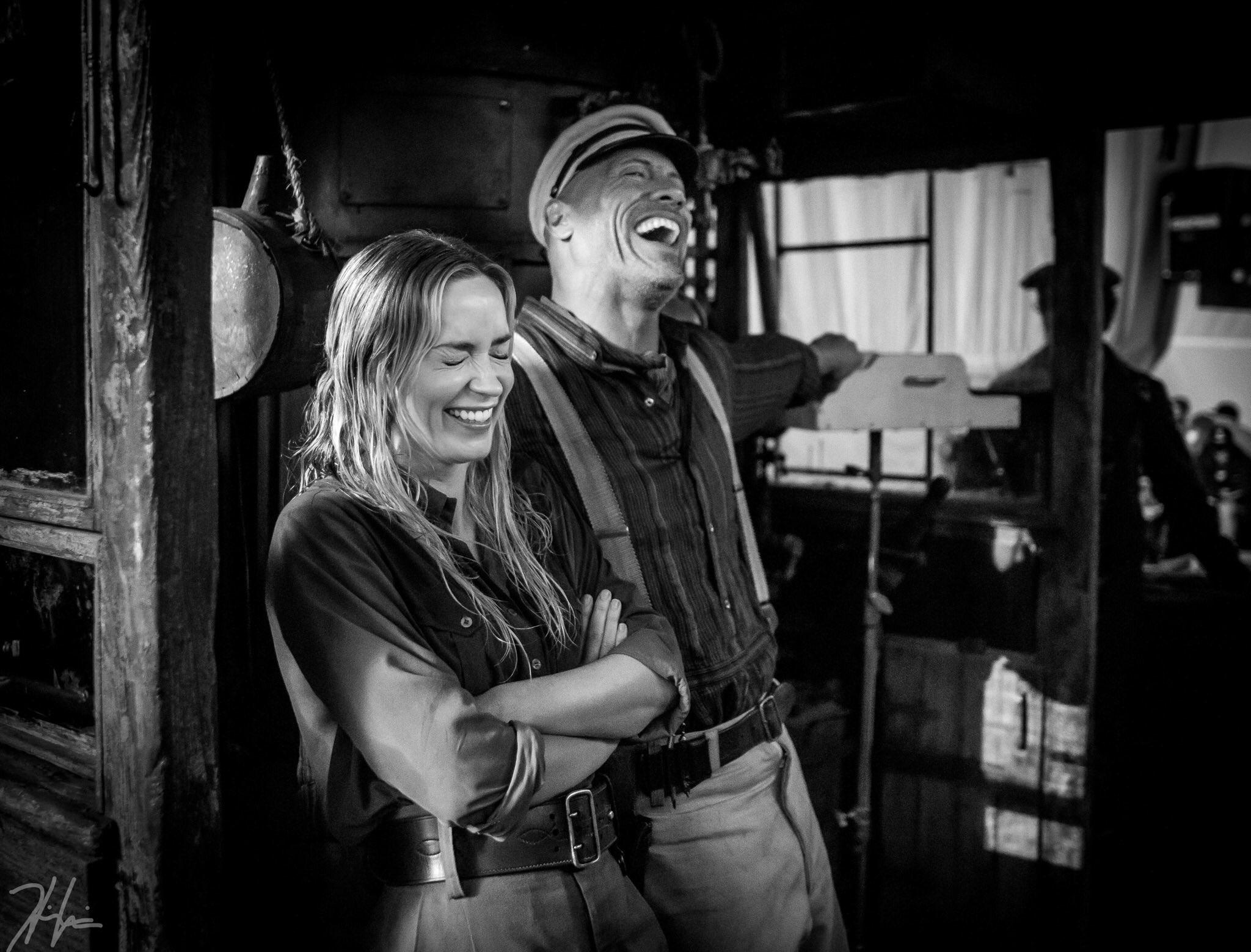 《丛林探险》正式杀青 巨石强森、布朗特片场大笑