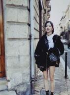 火箭少女吴宣仪晒法国游玩照 笑容甜美大秀长腿