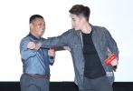 9月19日,电影《极品师徒》在京举行首映礼。导演冯万里,主演战天泽、刘芮侨、王翔等悉数到场。导演冯万里还把家人请到现场,表达自己因工作无法陪伴家人的歉疚。出品人周将哲更是现场展示了永春白鹤拳的功夫。