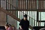 9月25日,有网友晒出在中央戏剧学院食堂偶遇易烊千玺的照片。