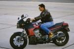 《壮志凌云2》片场照 阿汤哥再现32年前制服造型