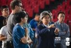 """睽违四年,由陈可辛执导的新片《李娜》近日在武汉低调开机,该片将围绕着""""中国第一代商业体育明星""""李娜的经历展开,并通过她的成长,展现时代裹挟下的人物传奇。开机之际,官方首曝""""独自上场""""版海报,宣告四年未坐导演椅的陈可辛,带着《李娜》正式登场了。"""