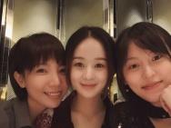 赵丽颖生日与闺蜜大玩亲亲 可爱捧脸笑容甜美