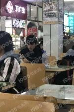 吴磊北电食堂被偶遇 与女同学同桌却只顾玩手机