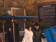 网友偶遇赵丽颖冯绍峰游玩 新婚小夫妻狂撒狗粮