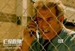 """将于11月30日在内地上映的犯罪动作片《亡命救赎》,由梅尔·吉布森、艾琳·莫里亚蒂、迭戈·卢纳、威廉姆·H·梅西等主演,让-弗朗西斯·瑞切执导。影片讲述了硬汉老爹""""纹身林克""""与叛逆少女""""闯祸女儿""""莉迪亚的惊险逃亡故事。"""