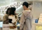 网友偶遇郑爽同男友、替身逛街 三人行不会认错?