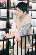 刘昊然现身《见风》签售会 白蓝色衬衣笑容迷人