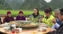 """林心如为102岁老人过""""百岁宴"""" 与村民同吃同喝共庆祝"""
