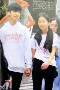 陈奕迅14岁女儿初恋? 与帅气男生十指紧扣甜蜜蜜